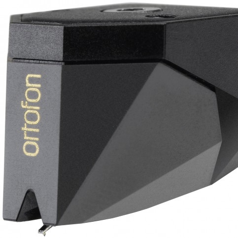 Technische Daten Tonabnehmer-Typ: MM (Moving-Magnet) Ausgangsspannung: 5mV* Verstärkeranschluss: Phono MM Kanalabweichung bei 1 kHz: 1dB Übersprechdämpfung bei 1kHz: 26dB Übersprechdämpfung bei 15kHz: 15dB Frequenzbereich: 20-31.000Hz Frequenzgang: 20-20.000Hz +2/-0dB Abtastfähigkeit bei 315Hz: 80µm** Nadelnachgiebigkeit: 22µm/mN empf. Tonarm-Typ: leicht und mittelschwer Abtastdiamant: Shibata, nackt Verrundung: r/R 6/50µm Auflagekraftbereich: 14-17mN (1,4-1,7g) empf. Auflagekraft: 15mN (1,5g) Abtastwinkel: 20 Grad Gleichstromwiderstand: 1,2kOhm Induktivität: 630mH empf. Abschlusswiderstand: 47kOhm empf. Abschlusskapazität: 150-300pF Gehäusematerial: Lexan DMX Höhe (nicht PnP MkII): 18mm Gewicht: 7,2g Besonderheit: Wicklung aus versilbertem OFC-Kupferdraht Ersatz-Nadeleinschub: Stylus 2M Black *bei 1000Hz, 5cm/sec. **bei empfohlener Auflagekraft Höhe = Abstand von der Diamantspitze zur Deckelplatte